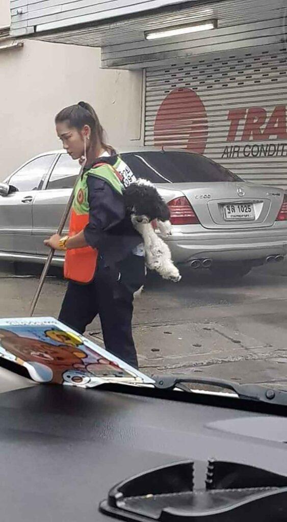 femme emmène chiot au travail