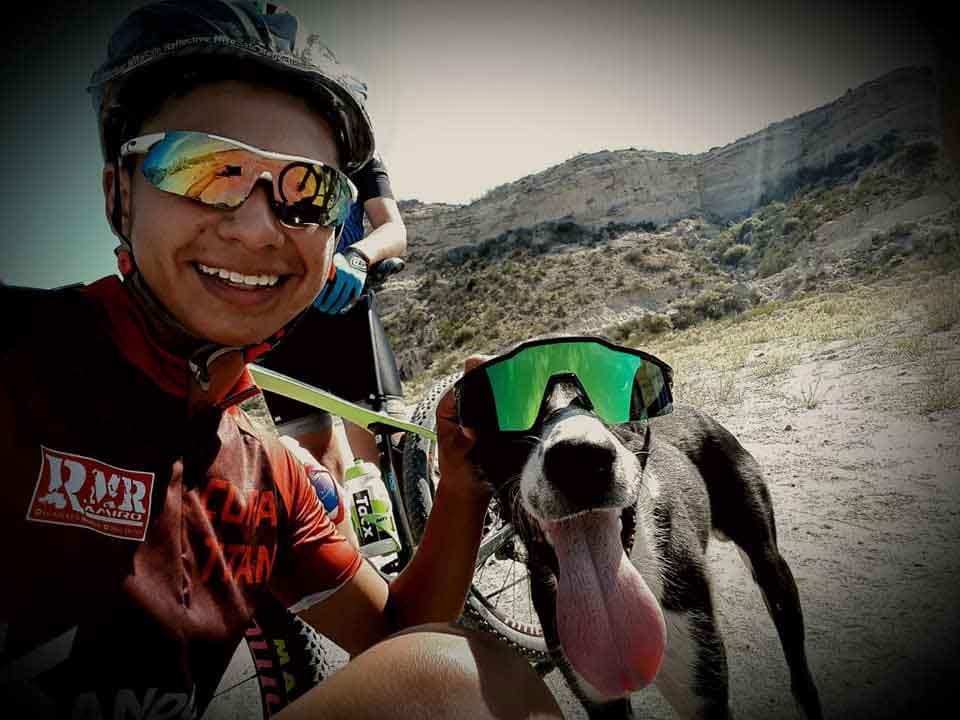 cycliste arrête entraînement aider chien abandonné