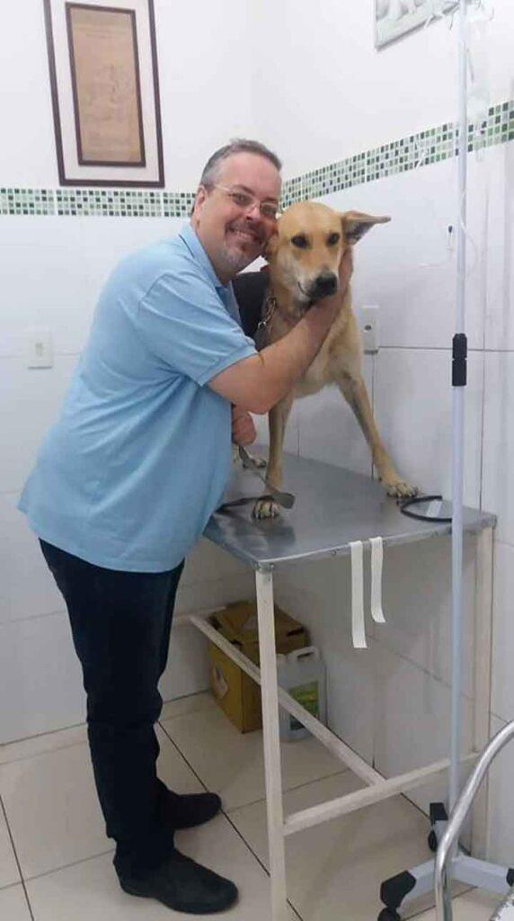 prêtre João Paulo Gomes apporte chiens errants messe