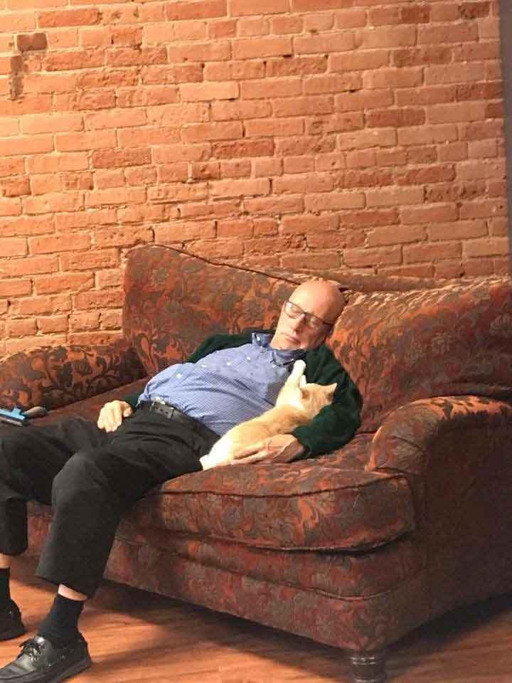bénévole 75 ans refuge sieste chats Terry Lauerman