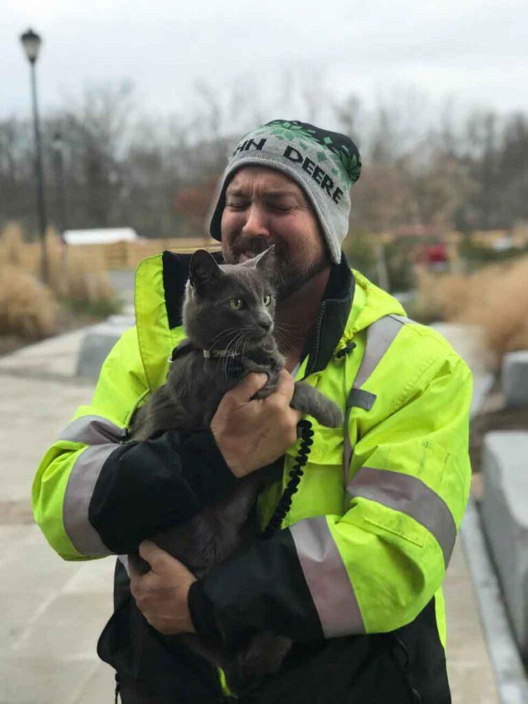 chauffeur camion pleure chat retour apres mois recherche