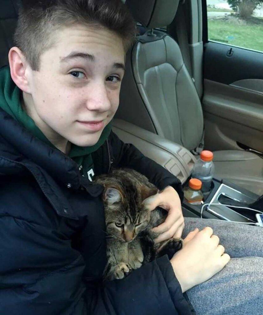 garçon saute voiture sauver chat jeté conducteur